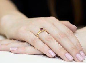 pierścionek z rubinem na ręku