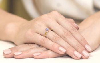 pierścionek złoty z tanzanitem na ręku