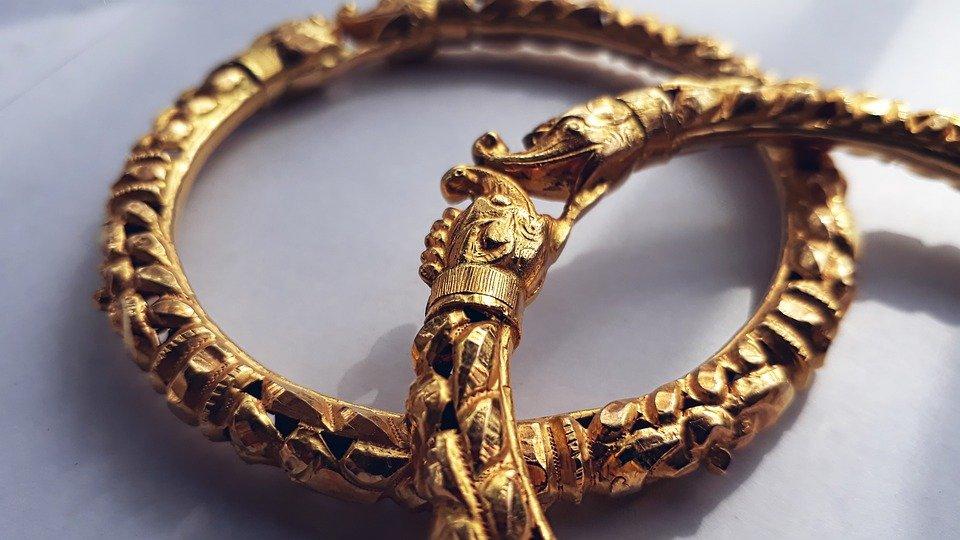 Złote bransoletki i elementy biżuterii