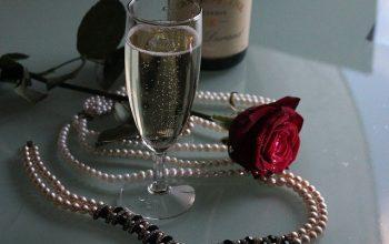 biżuteria na stoliku